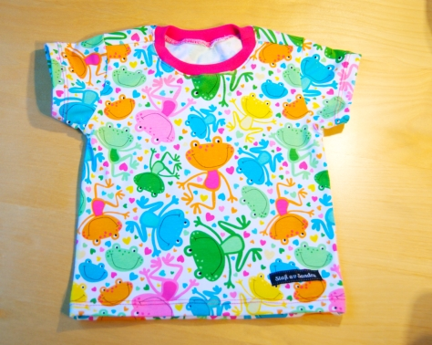 T-shirt i Happy frogs med cerise mudd.