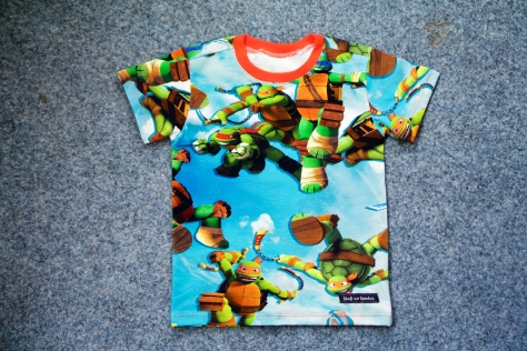 T-shirt i Turtles med orange mudd.