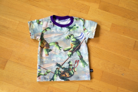 T-shirt i Turtles med lila mudd.